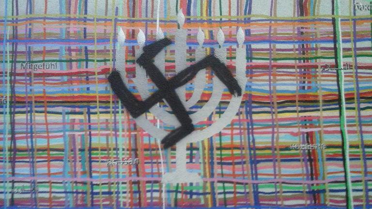 Swastyka na muralu w centrum Białegostoku