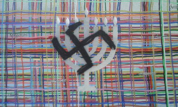 Zdjęcie numer 1 w galerii - Mural symbolizował wielokulturowość Białegostoku. Ktoś namazał czarną swastykę na menorze