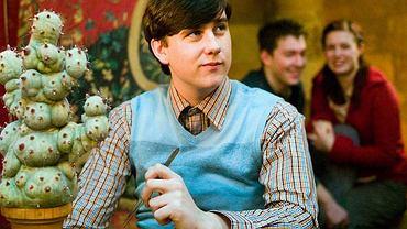 Wszyscy fani 'Harry'ego Pottera' pamiętają Neville'a Longbottoma. Sympatyczny grubasek zdobył szerokie grono sympatyków. Grający go Matthew Lewis już dawno tak nie wygląda. Z czasem mocno się zmienił - schudł, zaczął uprawiać sport i wygląda zupełnie inaczej. Jest niezłym przystojniakiem! Zobaczcie naszą galerię.