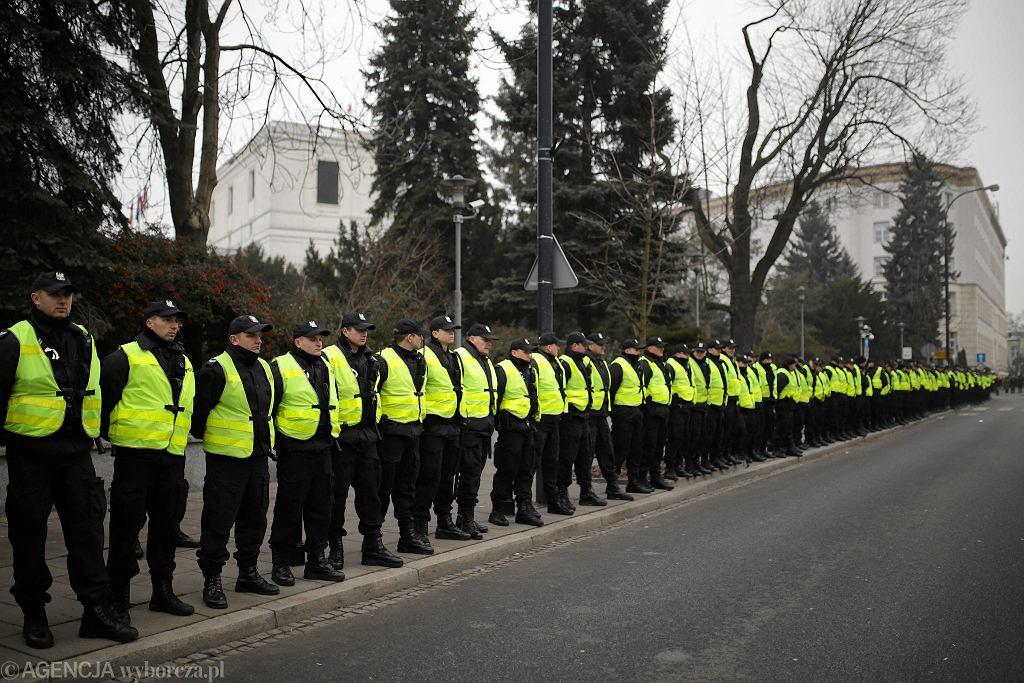 Funkcjonariusze policji szpalerem odgradzają Sejm po wieczornych protestach (kolejny dzień kryzysu parlamentarnego wywołanego przez marszałka Kuchcińskiego. Władze partyjne i państwowe PiS mówią o 'puczu'). Warszawa, 17 grudnia 2016