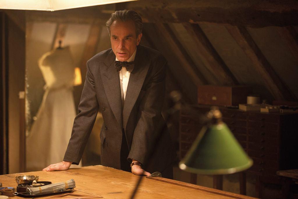Daniel Day-Lewis jako Reynolds Woodcock w filmie 'Nić widmo' / fot. Laurie Sparham / Focus F
