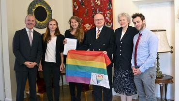 Organizatorzy Parady Równości odbierają list z podpisami. W środku, w tęczowym krawacie, ambasador Austrii Thomas M. Buchsbaum