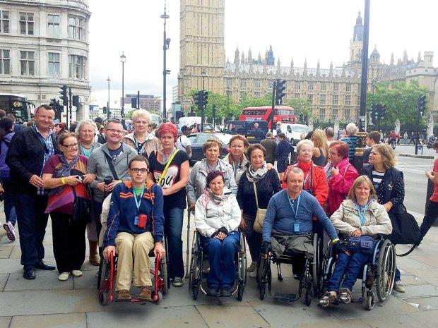 grupa turystów z przodu osoby na wózkach - Londyn 2014 rok