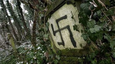 Swastyka wymalowana na macewie (zdjęcie poglądowe)