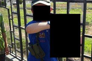 D�ihadysta chwali si� na Twitterze zdj�ciem: jego 7-letni syn pozuje z odci�t� g�ow� syryjskiego �o�nierza