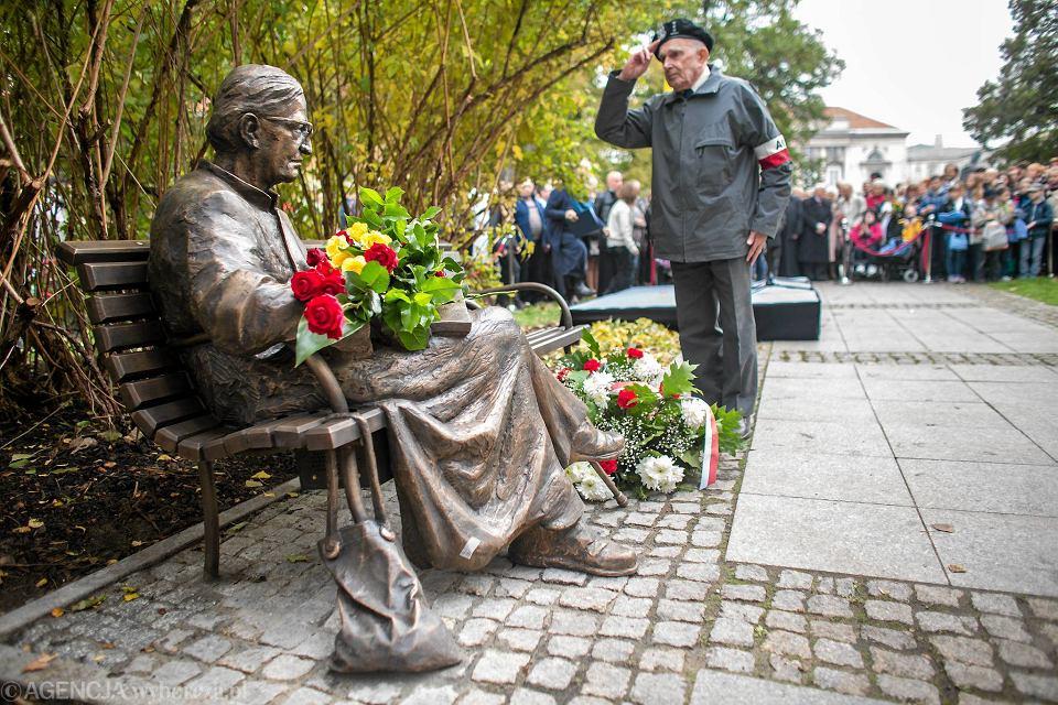Zdjęcie numer 2 w galerii - Na Krakowskim Przedmieściu stanął nowy pomnik - ławeczka