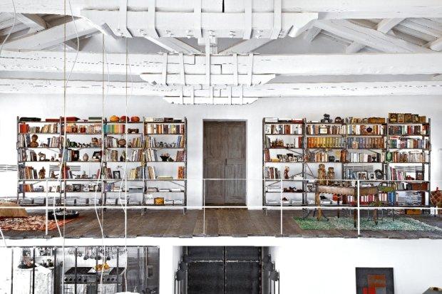 Biblioteka i gabinet na antresoli nad wej�ciem to najbardziej kolorowa cz�� domu. Pod�og� u�o�ono z desek r�nych d�ugo�ci. Masywne belkowanie spi�te klamrami podkre�la industrialny charakter wn�trza.