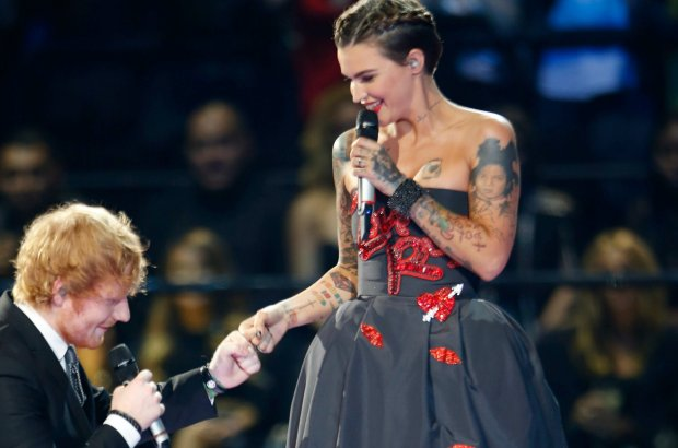 Ed Sheeran i Ruby Rose poprowadzili galę rozdania nagród MTV w brawurowym stylu. Było lekko, zabawnie, nie brakło też momentów, w których widzowie musieli się zastanawiać, czy przypadkiem się nie przesłyszeli.