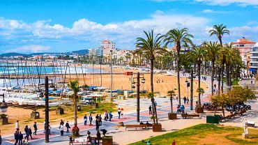 Widok na popularne wśród turystów miasto Sitges na Costa Dorada
