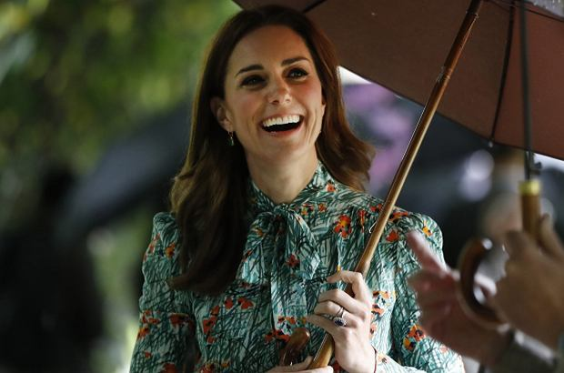 Księżna Kate pokazała się bez swojego pierścionka zaręczynowego. Myślicie, że to dlatego, że przytyła w ciąży? Nic bardziej mylnego. Powód jest zupełnie inny.