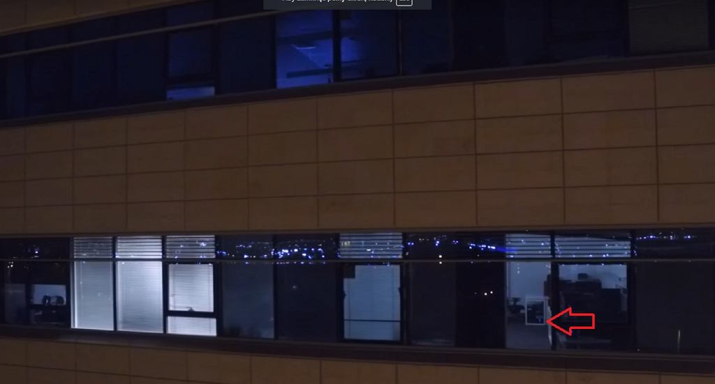 Kradzież danych wykorzystująca diodę dysku komputera. Ujęcie zrobione dronem z odległości 20 metrów