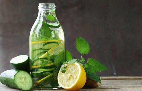 Poczuj się lekko! Te napoje skutecznie przyspieszą spalanie tkanki tłuszczowej [5 PRZEPISÓW]
