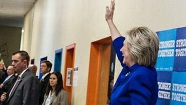 Clinton wita si� z wyborcami. A oni... odwr�cili si� do niej plecami. I tak si� ucieszy�a