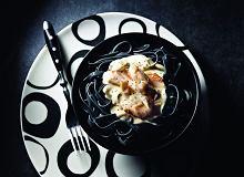 Czarny makaron z wędzonym pstrągiem i sosem serowym - ugotuj