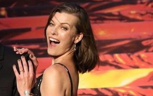 Milla Jovovich urodzi�a drug� c�rk�. Inne gwiazdy pokazuj� nog� lub r�k� dziecka. Ona zrobi�a co� innego