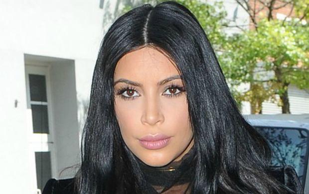 Kim Kardashian twierdzi, �e piersi w ci��y uros�y jej o dwa rozmiary. Trudno uwierzy�? To pokaza�a dow�d