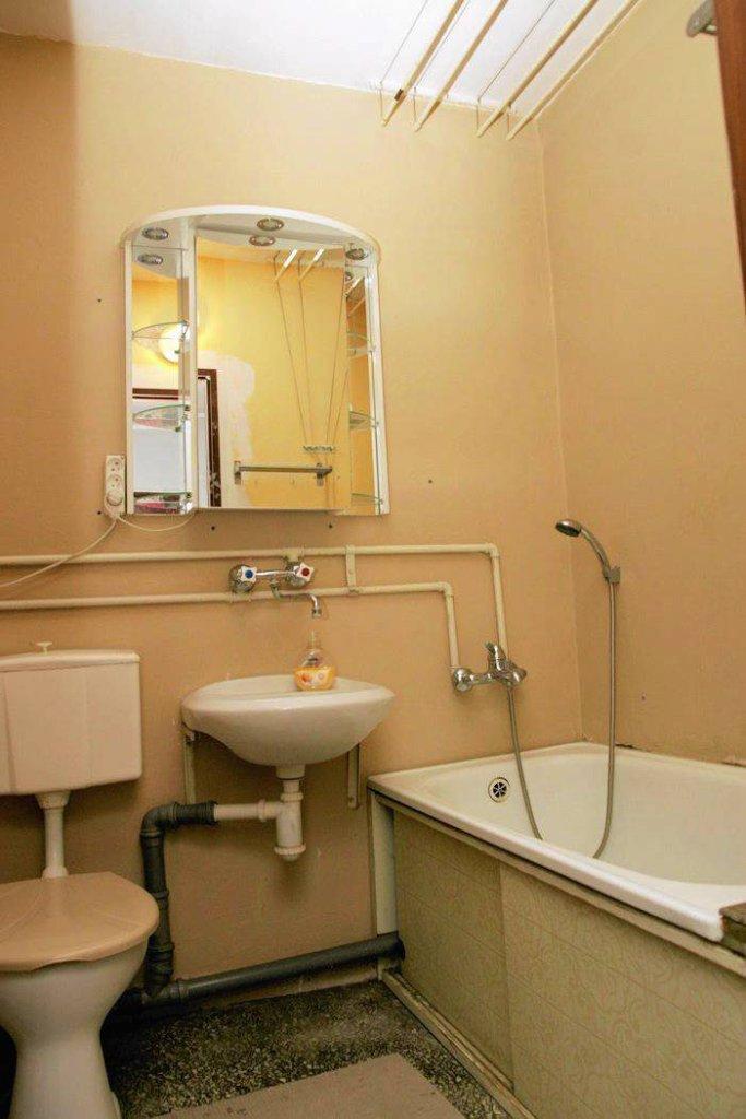 Przed zmianą. W łazience nie było płytek ceramicznych, co nowi właściciele uznali za zaletę - nie musieli ich bowiem skuwać. Obniżyło to koszty modernizacji i znacznie przyspieszyło prace remontowe.