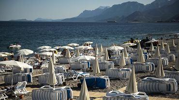Pusta plaża w Kemer, Turcja.