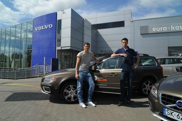 Zibi i Ziomek pozują z nowym Volvo