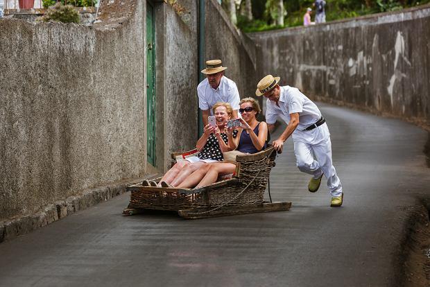 Po stolicy Madery - Funchal - możecie podróżować w nietypowym pojeździe - wiklinowych sankach