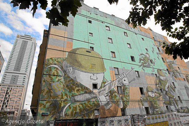 Mural bolońskiego artysty Blu widziany od strony ul. Jana Pawła II