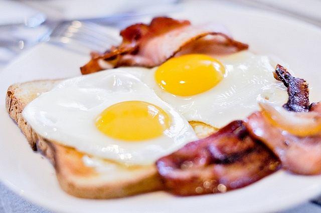 Śniadanie białkowo-tłuszczowe syci i dodaje energii!