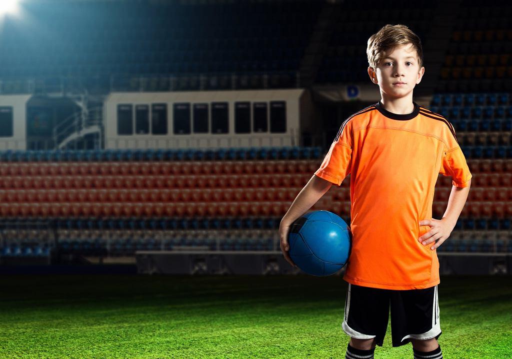 Współczesna piłka nożna podlega procesowi ciągle postępującej komercjalizacji.