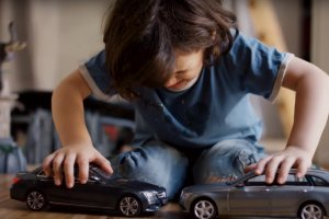 Wideo | Mercedes droczy si� z dzie�mi
