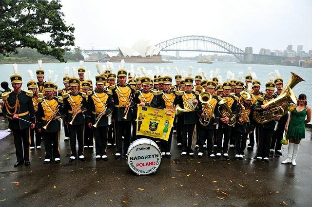 Orkiestra straży pożarnej w Nadarzynie podczas podróży do Sydney. W tle gmach słynnej opery