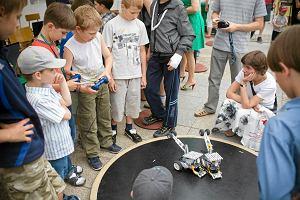 Roboty, ba�ki mydlane i �cianka wspinaczkowa w centrum miasta. Tak promuj� si� uczelnie