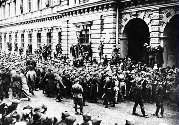 Podczas tzw. wypadków krakowskich 6 listopada 1923 r. gen. Józef Czikel posłał na demonstrantów wojsko. Życie straciło 18 cywilów oraz 14 ułanów, którzy ruszyli do szarży na żądanie szefa MSW, ludowca Władysława Kiernika. Kilka dni później prezydent Stanisław Wojciechowski zwolnił Czikela ze stanowiska dowódcy Okręgu Korpusu w Krakowie, a potem sąd wojskowy skazał go na trzy miesiące twierdzy. Na zdjęciu: tłum przed gmachem krakowskiej Poczty Głównej 6 listopada 1923 r.