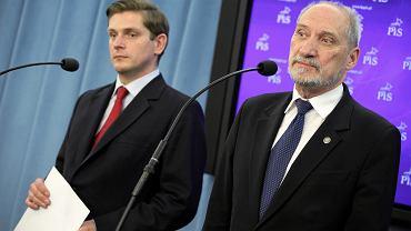 Bartosz Kownacki i Antoni Macierewicz podczas konferencji prasowej klubu PIS