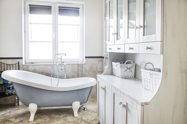 STYL PROWANSALSKI. Białe przecierane meble sprawdzą się równie dobrze w łazience, jak i np. w jadalni.