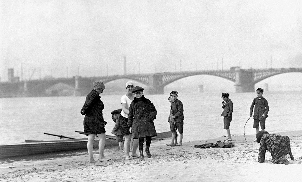 Warszawa. Dzieci na plaży, w tle most Poniatowskiego. 'Odzyskana. Fotoreportaż z Warszawy 1918-1939' / KONCERN ILUSTROWANY KURIER CODZIENNY