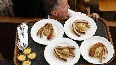 """Tytus, do�wiadczony kelner: """"Najgorsi klienci? Dorobkiewicze. Maj� ci� za kurtyzan�: masz us�ugiwa� za grosze"""""""