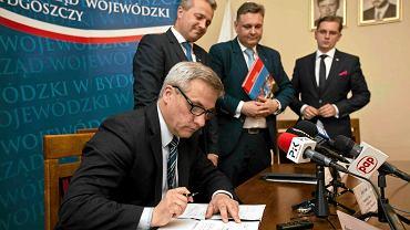Jerzy Szmit podpisuje umowę w sprawie drogi S10