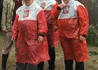 Jarosław Kaczyński w przeciwdeszczowym płaszczu - to zdjęcie jest hitem sieci!