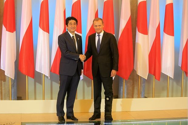 Donald Tusk i premier Japonii Shinzo Abe