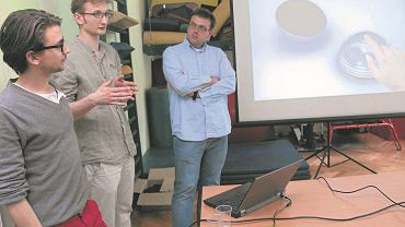 Młodzi projektanci - od lewej: Robert Pludra, Paweł Kowalski i Jan Buczek. Prezentują projekty przedmiotów użytkowych, które stworzyli dla niepełnosprawnych dzieci w porozumieniu ze stowarzyszeniem Tęcza.