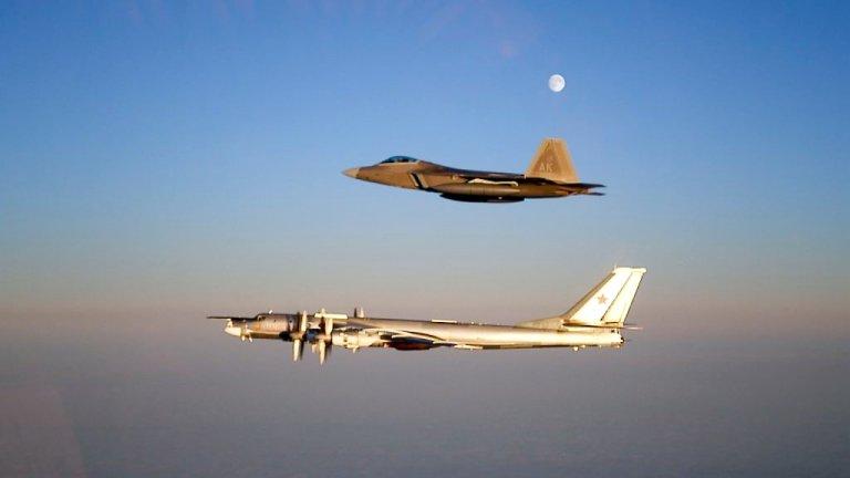 Rosyjski Tu-95 przechwycony przez F-22 w okolicach Alaski (zdjęcie z 2007 r.)