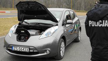 Elektryczny nissan leaf dla drogówki na szczecińskim torze kartingowym