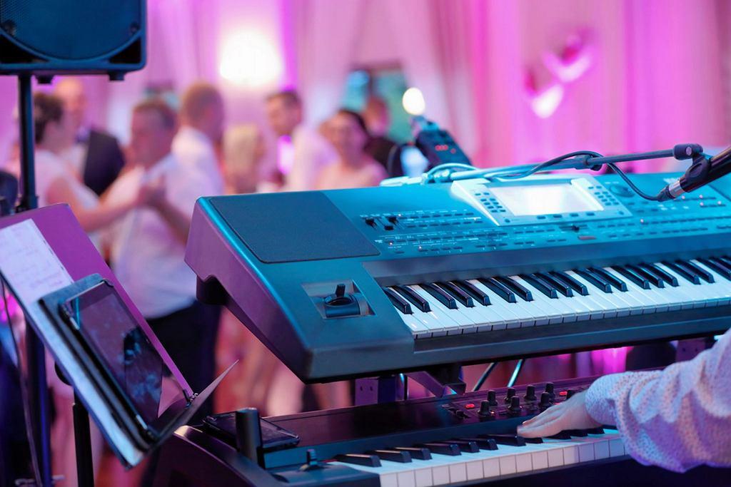 Bez muzyki na weselu będzie nudno. Na co zwracać uwagę wybierając zespół na wesele? A może lepiej zdecydować się na wodzireja, który wystąpi w podwójnej roli - również jako DJ?