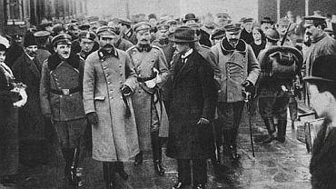 Powitanie Józefa Piłsudskiego na Dworcu Wiedeńskim w Warszawie 12.XI.1916. Z lewej Tadeusz Piskor, z prawej Janusz Głuchowski