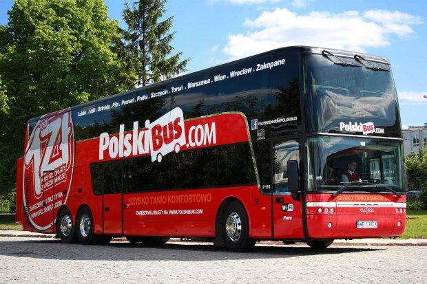 Polski Bus wpadł do rowu na trasie do Warszawy. Osiem osób lekko rannych
