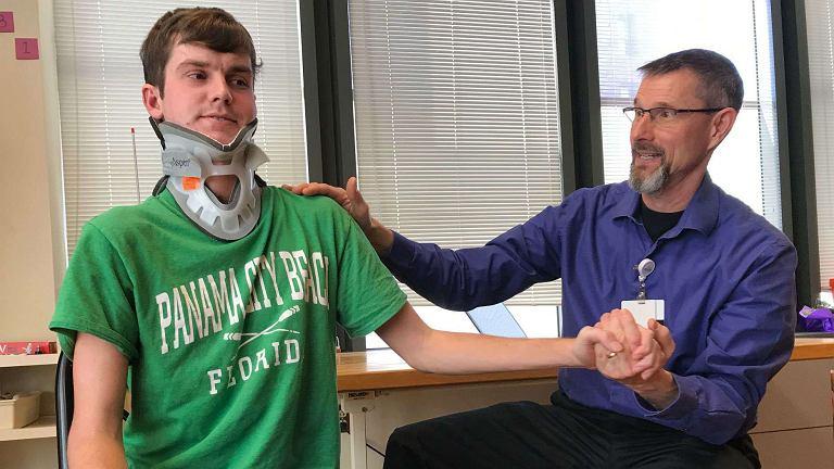 Brock Meister ledwo przeżył poród, jako nastolatek zwalczył złośliwego i nieoperacyjnego guza mózgu, a w wieku 22-lat dochodzi do siebie po urazie, który cechuje niemal stuprocentowa śmiertelność