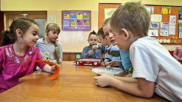 Cofnięcie sześciolatków do przedszkoli oznacza nie tylko brak miejsc dla trzylatków, ale także niższe dofinansowanie gmin