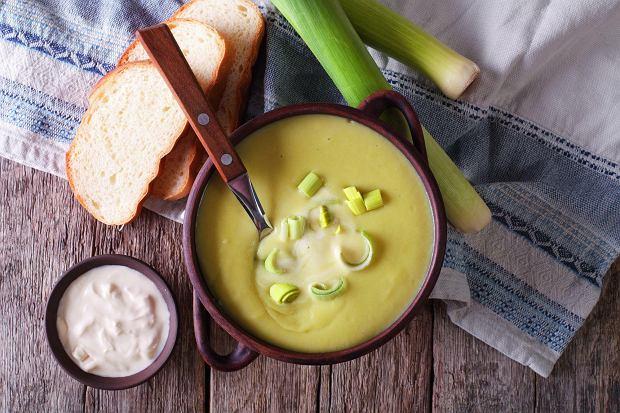 Zupę z ziemniaków i porów możemy podać z grzankami lub z kleksem śmietany