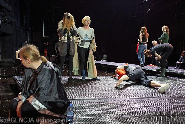 Stary Teatr: Podopieczni. Uchod�cy stoj� u wr�t Argos [RECENZJA]