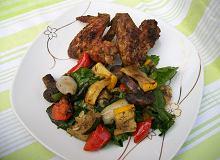 Grillowane skrzydełka z sałatką z grillowanych warzyw - ugotuj
