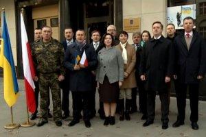 Prezent od Ukrainy z okazji �wi�ta Niepodleg�o�ci. Dyplomaci �piewaj� nasz hymn